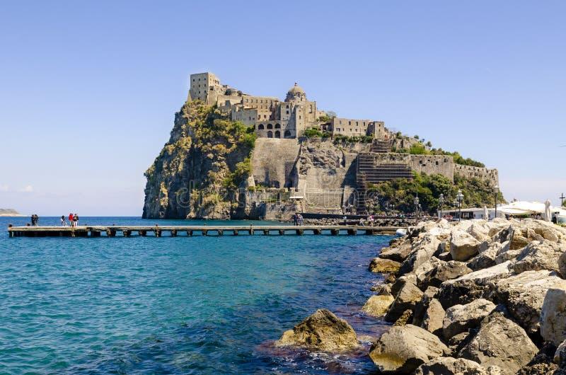 Ischia Ponte met kasteel Aragonese van het Ischia eiland, Baai van Napels Italië stock fotografie