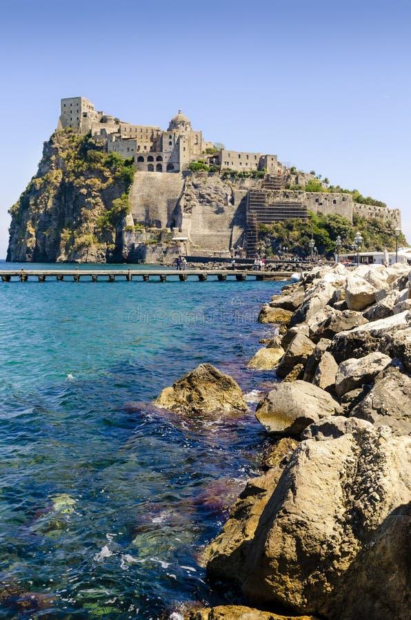 Ischia Ponte z grodowym Aragonese Ischia wyspy, zatoka Naples Włochy zdjęcie stock