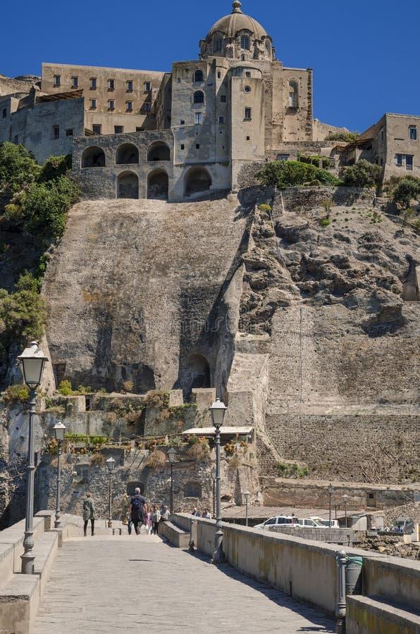 Ischia Ponte z grodowym Aragonese w Ischia wyspy, zatoka Naples Włochy zdjęcie royalty free