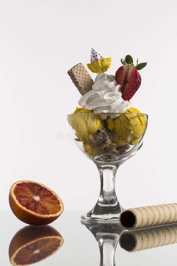 Iscoffe och tagande-bort för iskaffe och dekorerad Neapolitan kopp arkivbilder