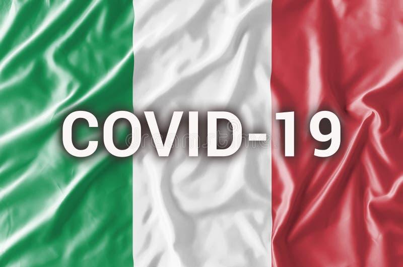 Iscrizione COVID-19 sulla bandiera italiana Concetto di attenzione sulla diffusione del coronavirus cinese immagine stock libera da diritti