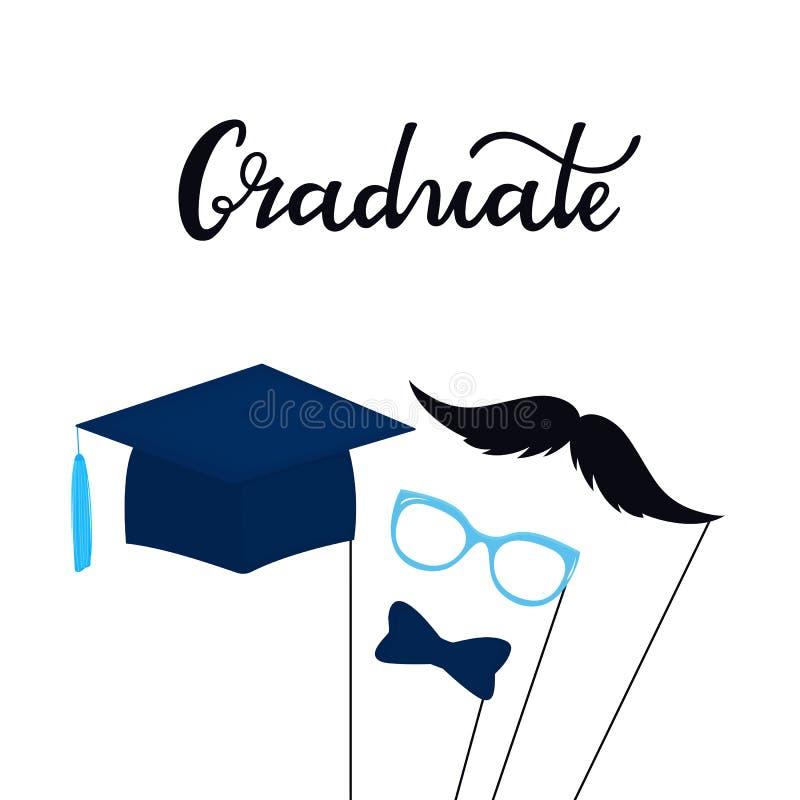 Iscrizione disegnata a mano laureata Cartolina d'auguri con i puntelli della foto su un bastone i baffi, vetri, cappello di gradu royalty illustrazione gratis