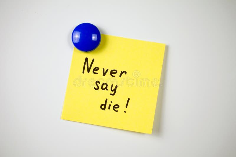 Iscrizione gialla dell'autoadesivo Non bisogna mai perdersi d'animo! immagine stock