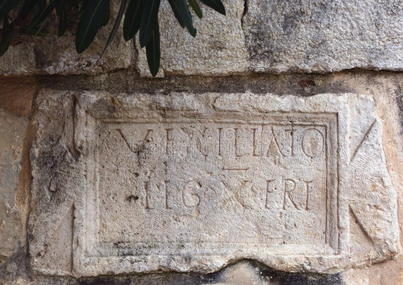 Iscrizione latina, II secolo, commemorante Roman Xth Legi immagine stock