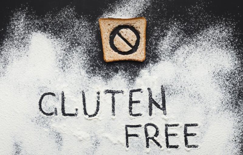 Iscrizione libera del glutine su farina sparsa fotografia stock