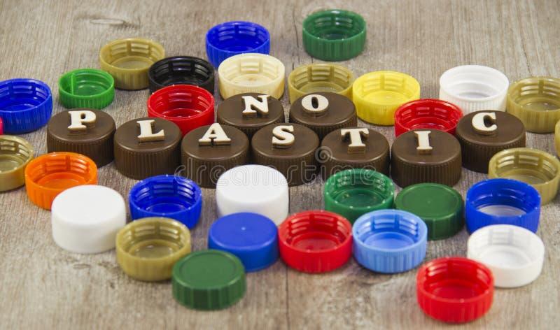 Iscrizioni nelle lettere di legno sui tappi di bottiglia di plastica immagini stock