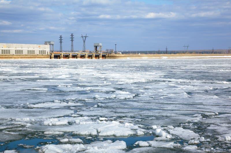 Isdriva och vattenkraftstation arkivbilder