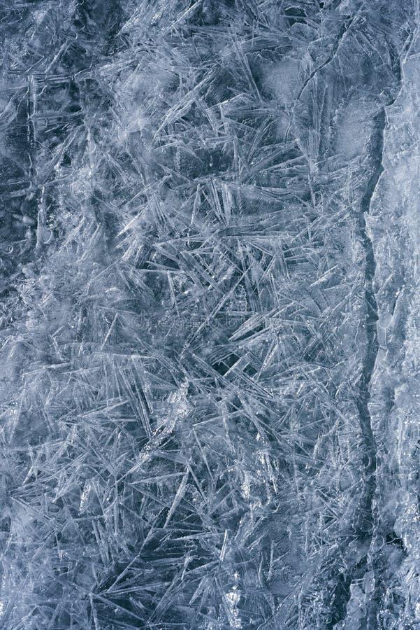 Isen som knäckas på en sjö arkivfoton