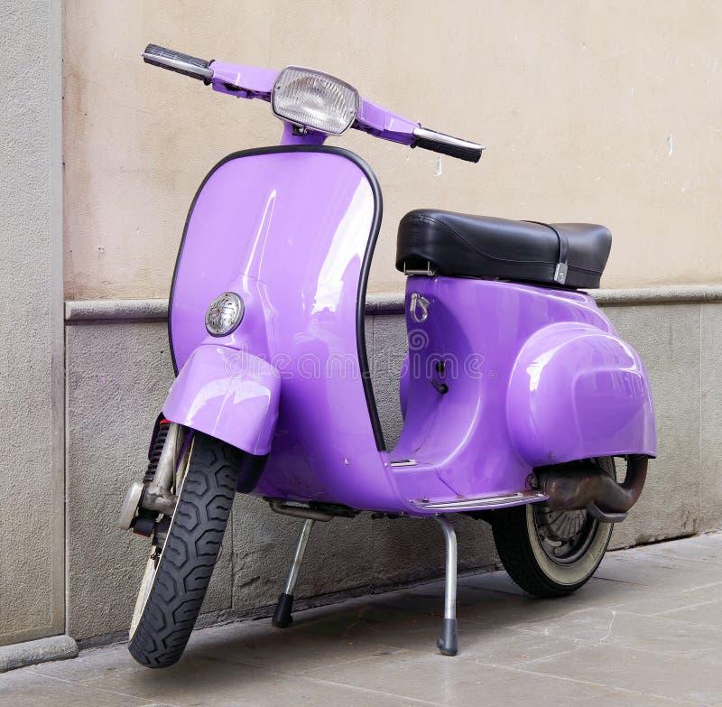 ISEO, ITALIË - OKTOBER 20, 2018: Vespaautoped, Italiaans die vervoerspictogram, op een straat in Iseo wordt geparkeerd stock fotografie