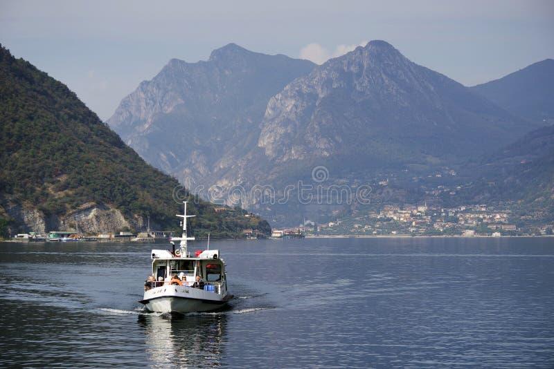 ISEO-MEER, ITALIË, 20 OKTOBER, 2018: Toeristenschip op Iseo-meer in een de herfstochtend royalty-vrije stock foto's