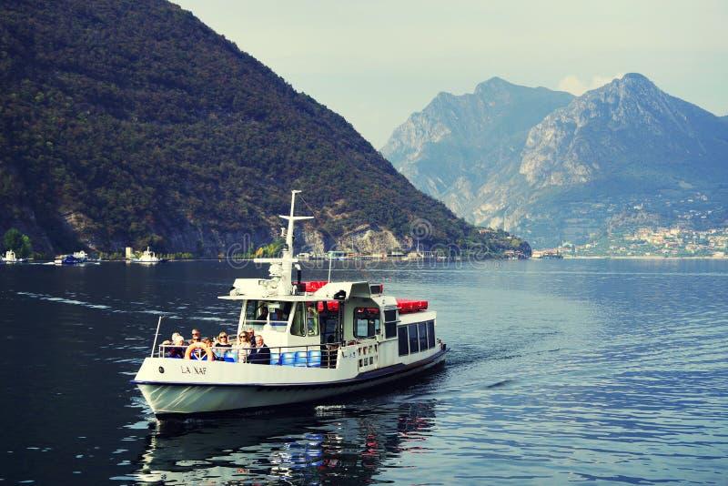 ISEO-MEER, ITALIË, 20 OKTOBER, 2018: Toeristenschip op Iseo-meer in een de herfstochtend royalty-vrije stock foto