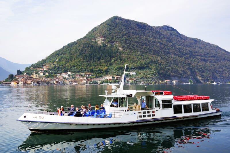 ISEO-MEER, ITALIË, 20 OKTOBER, 2018: Toeristenschip op Iseo-meer in een de herfstochtend royalty-vrije stock afbeeldingen