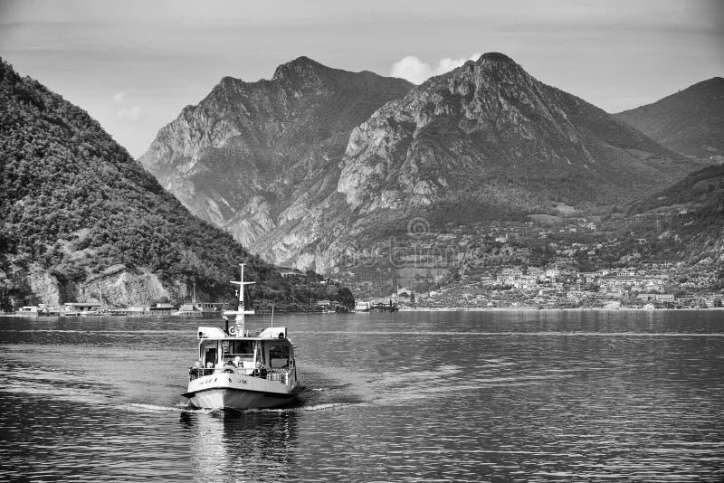 ISEO-MEER, ITALIË, 20 OKTOBER, 2018: Toeristenschip op Iseo-meer in een de herfstochtend stock afbeeldingen