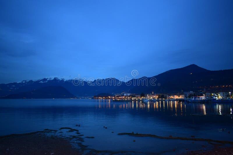 Iseo See bis zum Nacht lizenzfreie stockfotos
