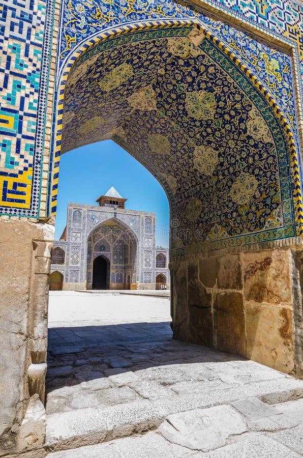 Isfahan, der Iran - Ansicht zum Hof in der Schah-Moschee stockbilder