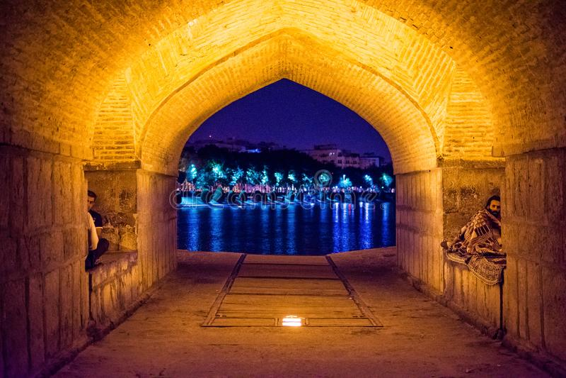 Isfahan Iran, Maj, - 21, 2017 Wśrodku sławnego Khaju mostu, polityk Xaju, dziejowy most na wielkim irańskim rzecznym Zayanderud obrazy royalty free
