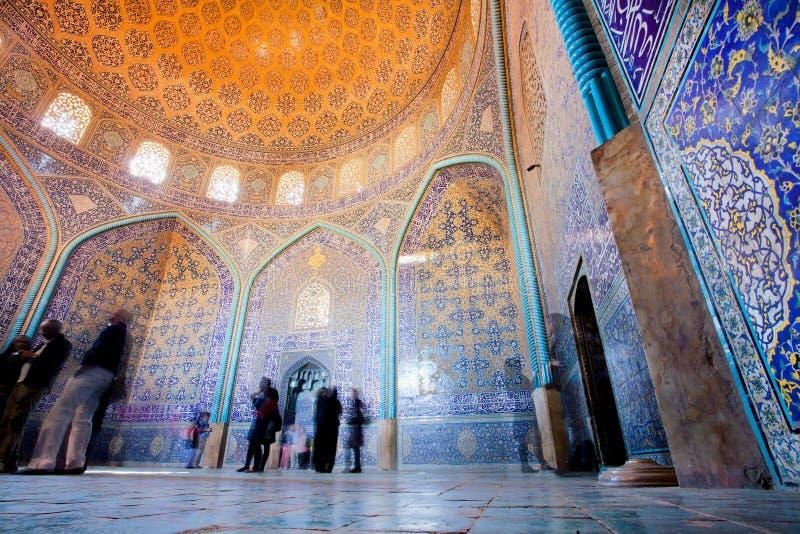 ISFAHAN IRAN - OKTOBER 14: Turister inom fantastisk planlagd moské med den belade med tegel kupolen och väggar arkivbilder