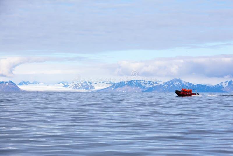 Isfjord nelle Svalbard in Spitsbergen norway Bella baia sui precedenti delle montagne nevose immagine stock