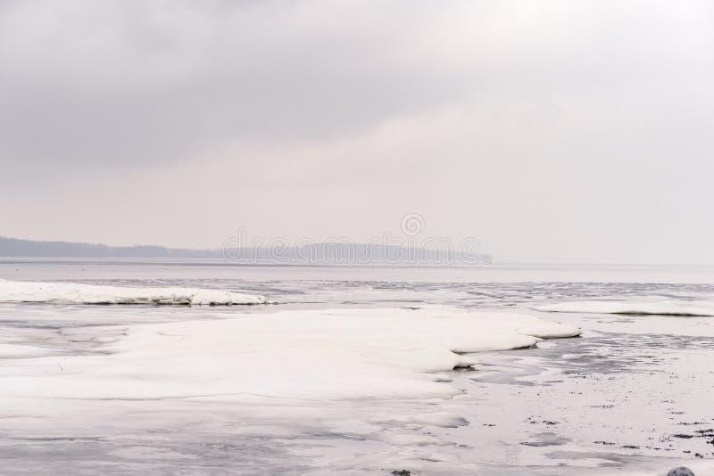 Isflak på en djupfryst sjö i vintern arkivfoto