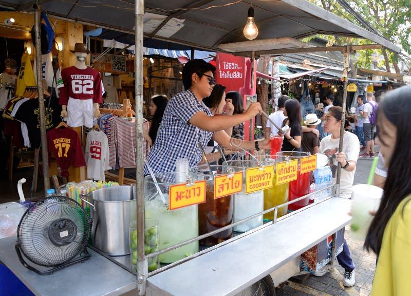 Isfruktsaft på den Jatujak marknaden, Bangkok, Thailand fotografering för bildbyråer