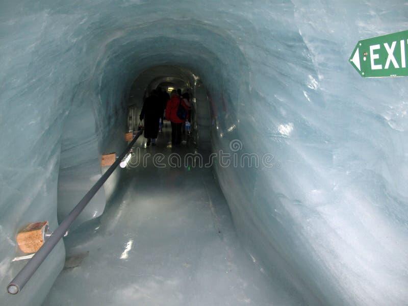 Isgrotta i den Matterhorn glaciären arkivfoto