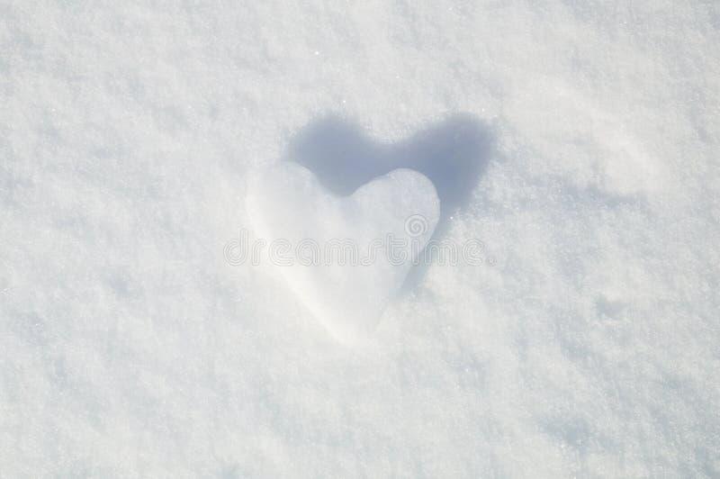Ishjärta på en snöbakgrund arkivbild