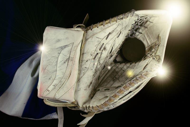 Ishockeygoaliestoppare och puck under ljus arkivfoto