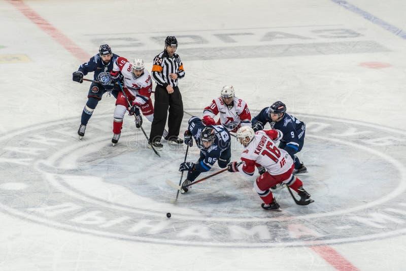 Ishockeylek, spelare och domare fotografering för bildbyråer