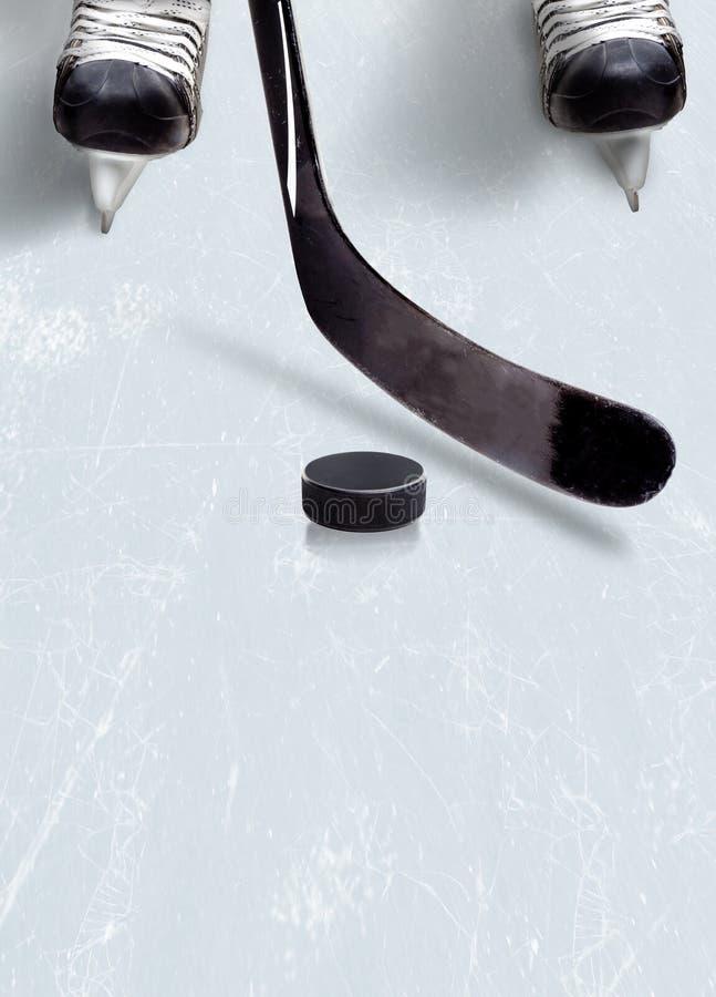 Ishockeypinne och puck på is med kopieringsutrymme arkivbild