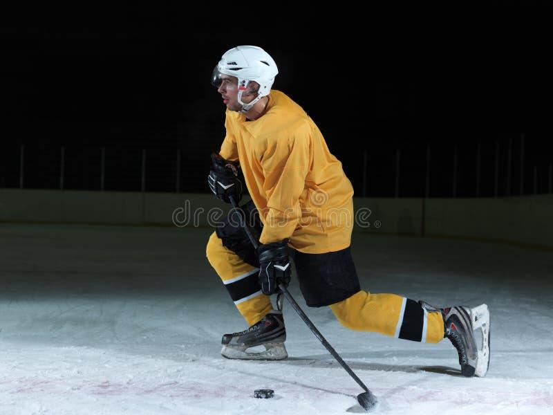 Ishockeyspelare i handling arkivbild