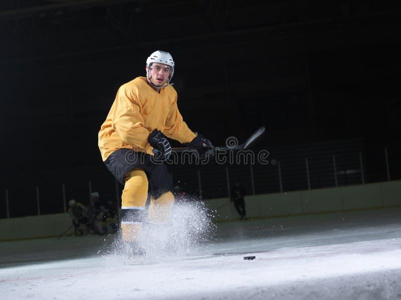 Ishockeyspelare i handling royaltyfria bilder