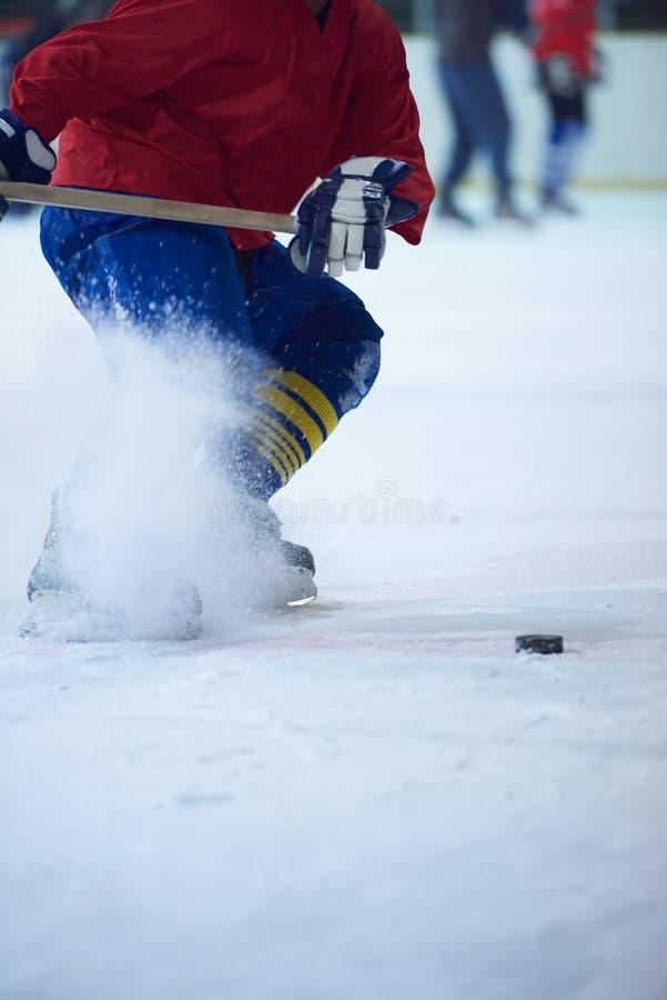 Ishockeyspelare i handling royaltyfri bild