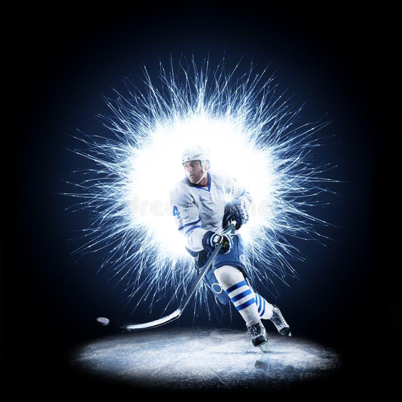 Ishockeyspelaren åker skridskor på en abstrakt bakgrund arkivbilder