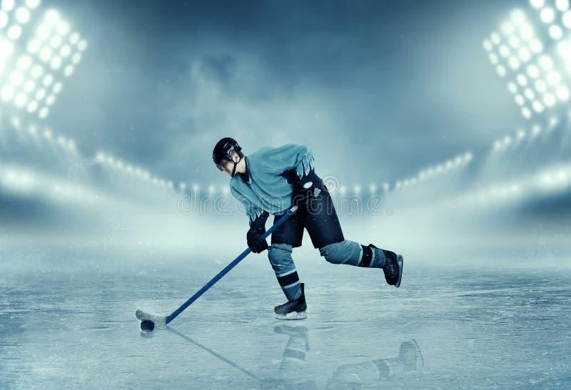Ishockeyspelaren i utrustning poserar på stadion royaltyfri bild
