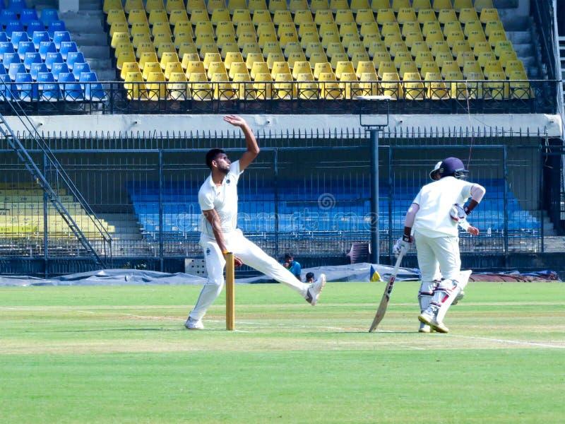 Ishwar Pandey Cricketer Bowling i den Ranji matchen royaltyfri fotografi