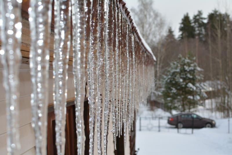 Isicles auf der Dachwartefrühlingshitze lizenzfreie stockbilder