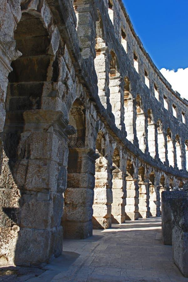 Iside o anfiteatro nos Pula foto de stock
