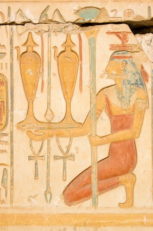 ISIS rojo con el vino, Egipto antiguo fotografía de archivo