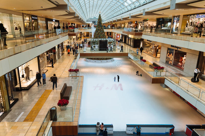 Isisbana och julgran på Galleriashoppinggallerian, Houston royaltyfria foton