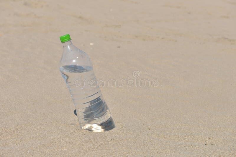 Download Iskall Flaska Utan Etikett Av Uppfriskande Vatten Som Står Upprätt Arkivfoto - Bild av naturligt, clean: 78727696