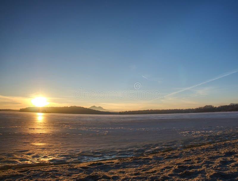 Iskall flodfjärd för vinter ta bort morgonvintern Sand med rimfrost royaltyfria bilder