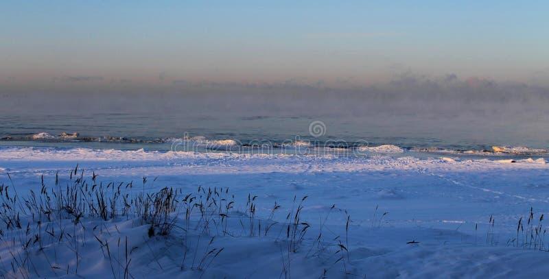 Iskall morgon nära det baltiska havet arkivfoto