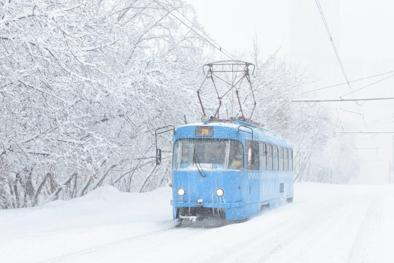 Iskall spårvagn under snöstorm i vinterMoskva, Ryssland arkivbild