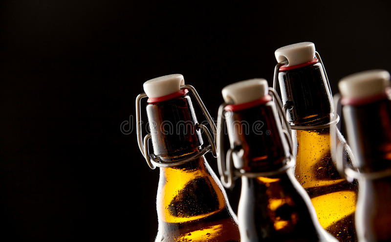 Iskalla förseglade ölflaskor med proppar royaltyfri foto