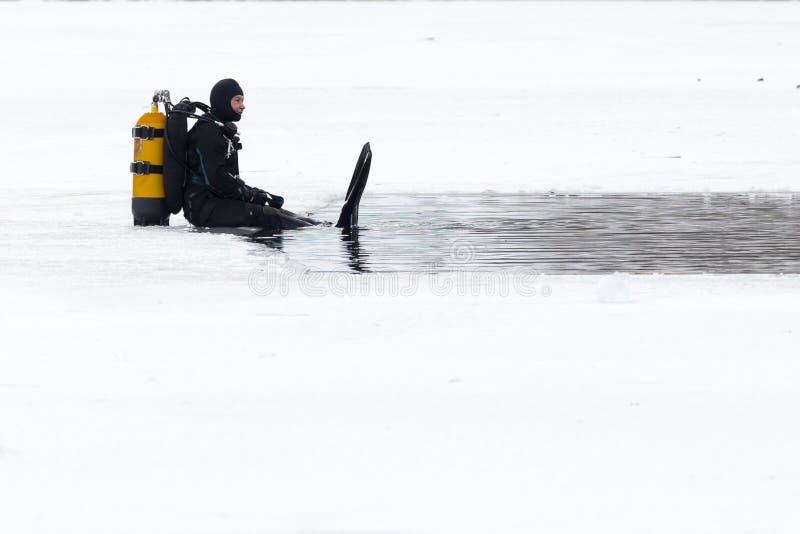 Iskallt vatten för dykare arkivfoto
