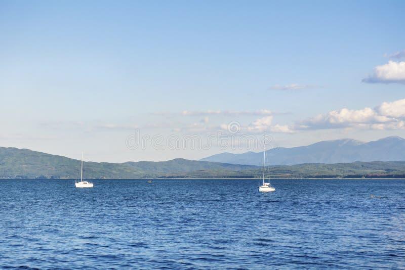 Iskar-Reservoir mit Booten stockbild