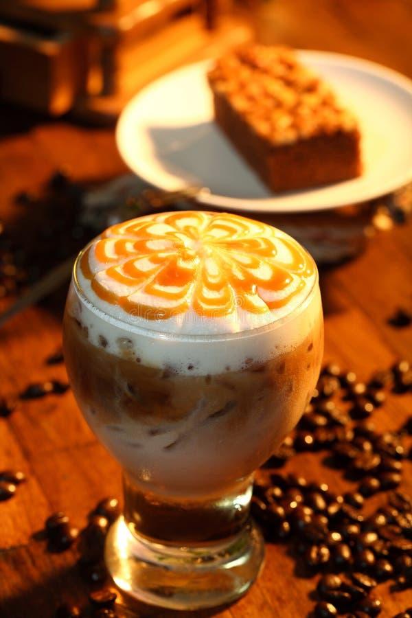 Iskaramellkaffe och kolakaka arkivbild