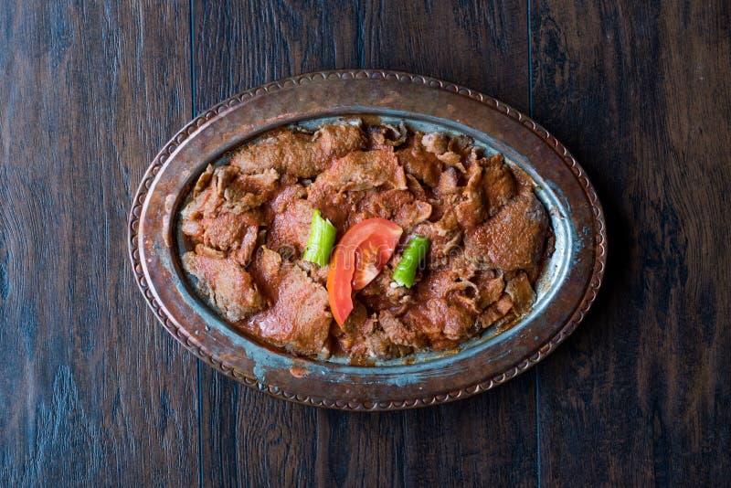 Iskender Doner/alimento tradicional turco com o iogurte na placa de cobre antiga foto de stock royalty free