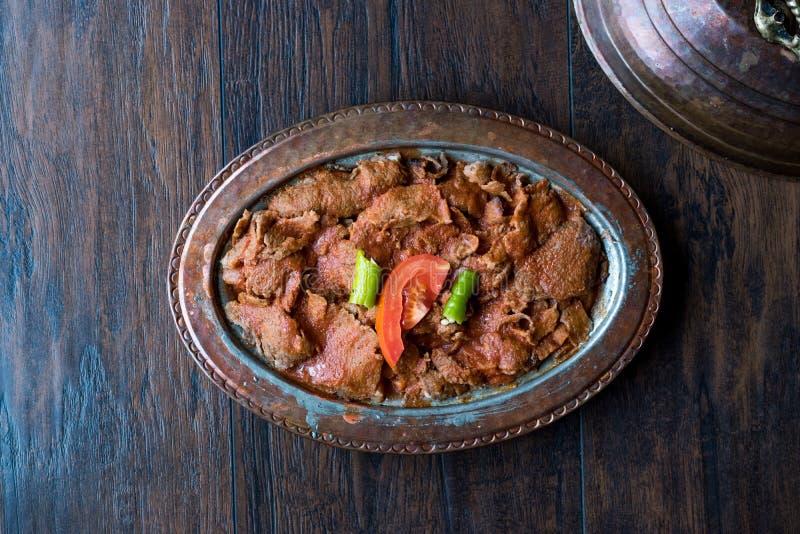 Iskender Doner/alimento tradizionale turco con yogurt in piatto di rame antico immagini stock