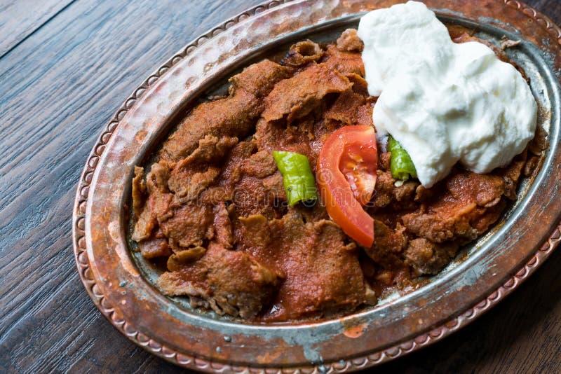 Iskender Doner/alimento tradizionale turco con yogurt in piatto di rame antico fotografie stock libere da diritti